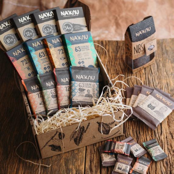 木のテーブルの上に並べられたNa'kau シリーズのチョコレートとニブ