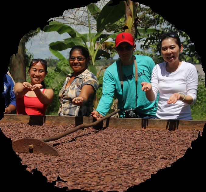 干し広げたカカオの前に並んだアマゾンの農家と武田真由子と松橋美晴