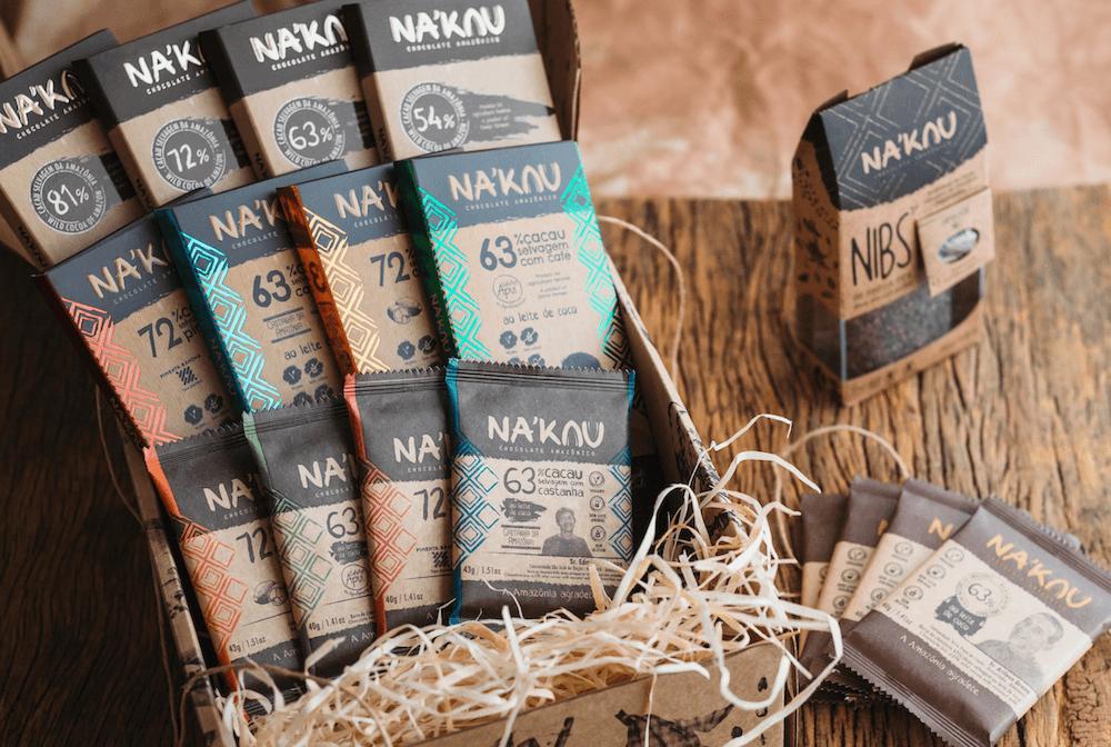 木のテーブルに並べられたNa'kau のチョコレートとニブ