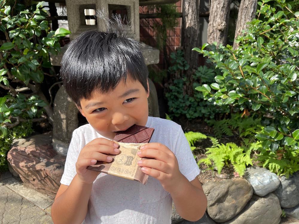 Na'kau のチョコレートを食べる男の子