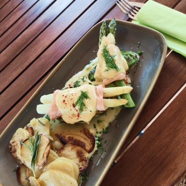 Weißer & grüner Spargel in ofengebackenem Lachs mit hausgemachter Miso-Hollandaise, gegrillter Avocado und Patatas panderas