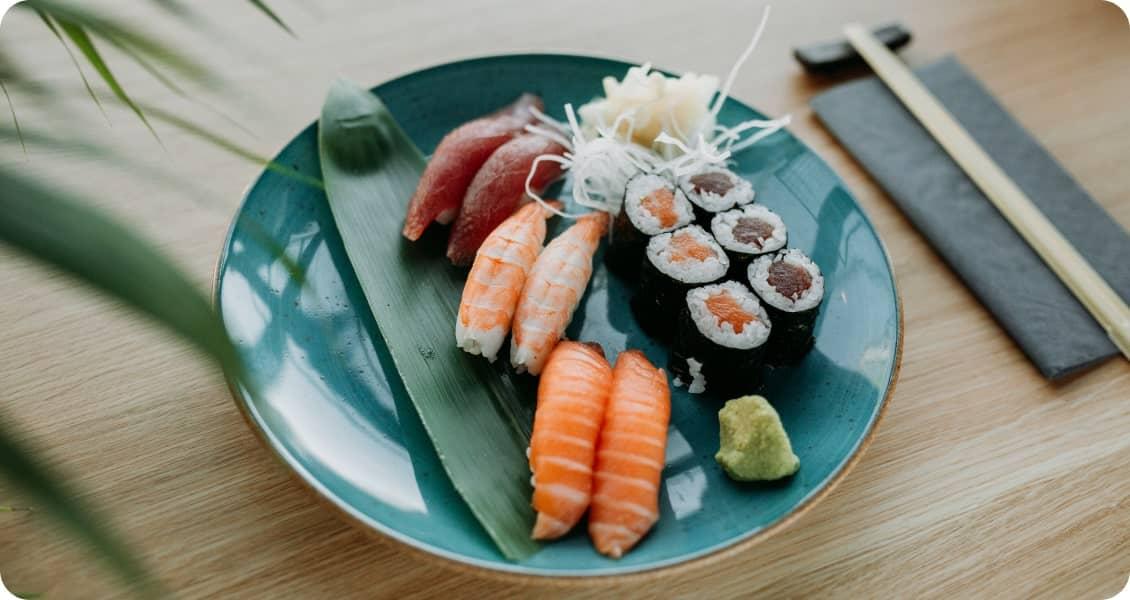 Ein großer Teller mit leckerem Sushi