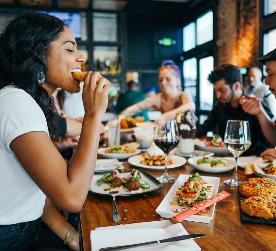 Menschen die zusammen essen