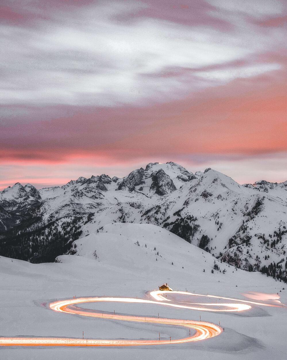 Winter in Bergen auf verschneiter und gestreuter Straße