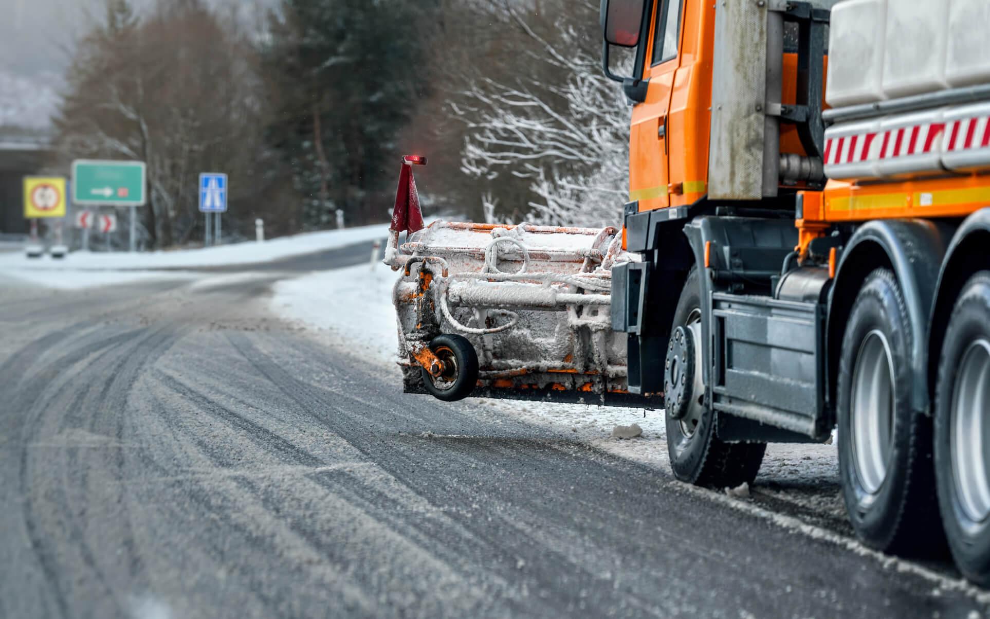 Umweltfreundliche Streusalzalternative auf gestreuter Straße im Winter