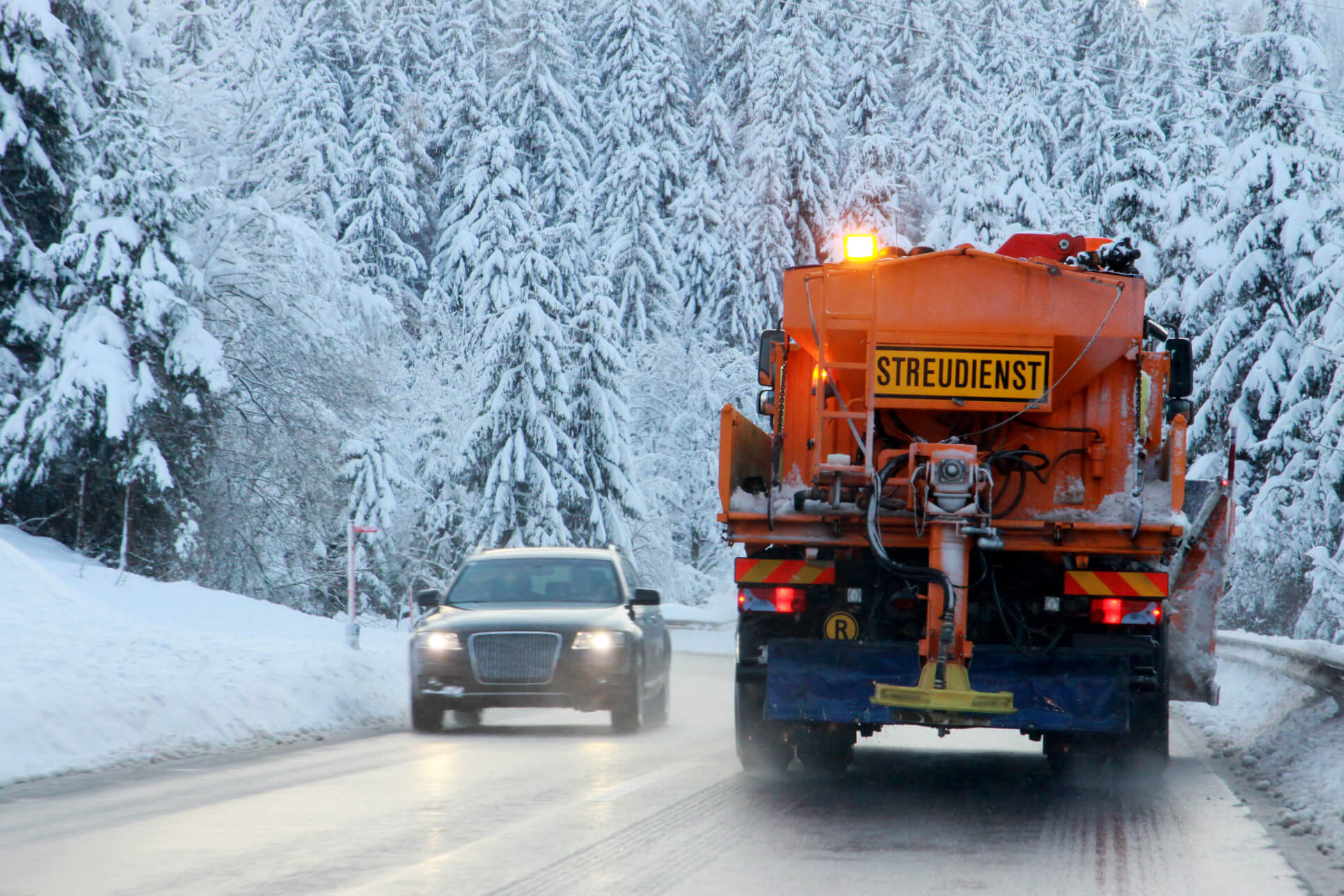 Umweltschonender Winterdienst auf verschneiter Straße durch Streusalzalternative