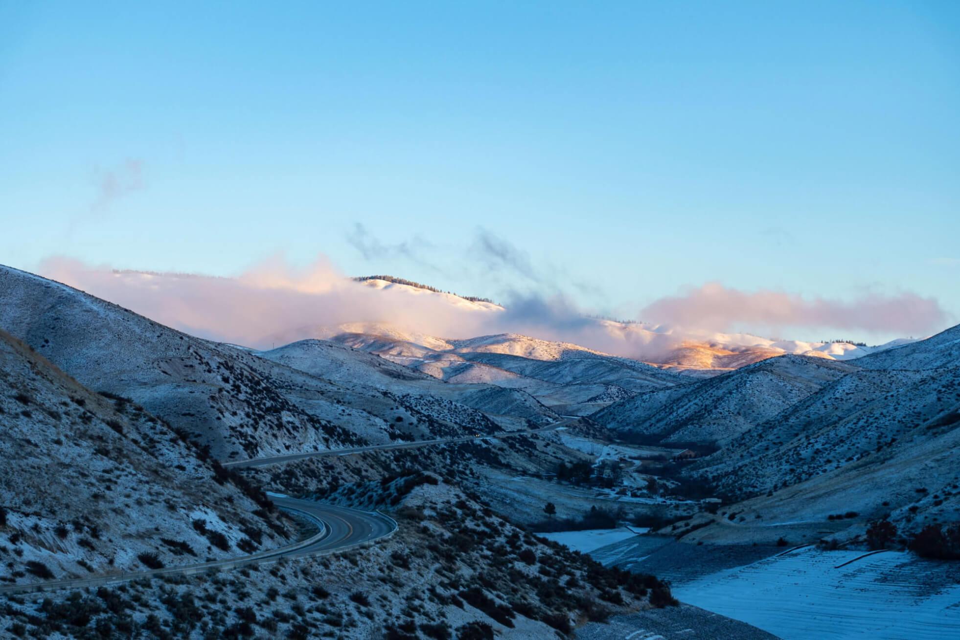 Gesund Bäume auf verschneiter Berglandschaft durch Streusalzalternative