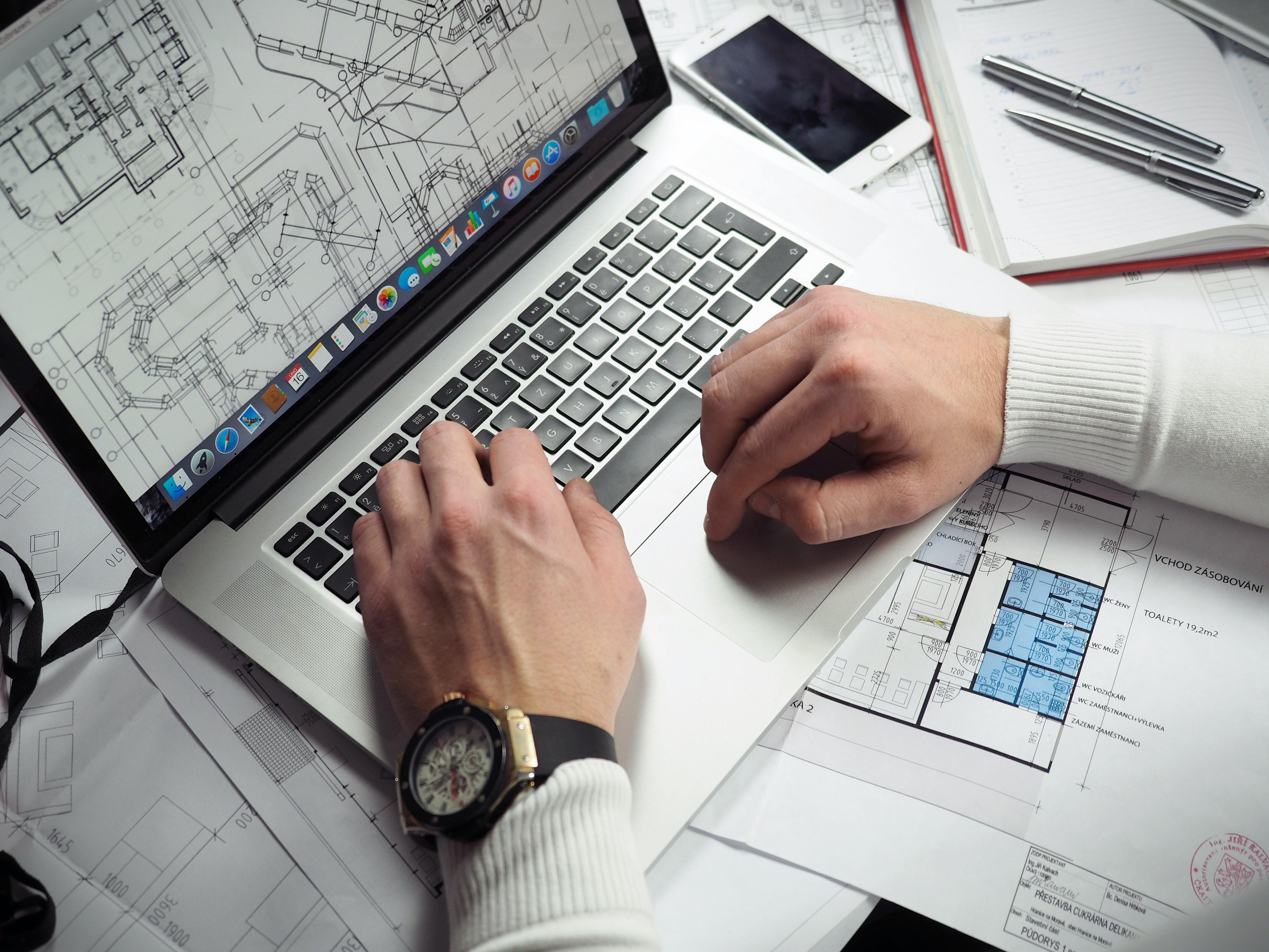 Architecte qui travaille sur son Macbook Pro
