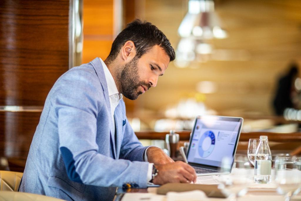 Homme sur l'ordinateur