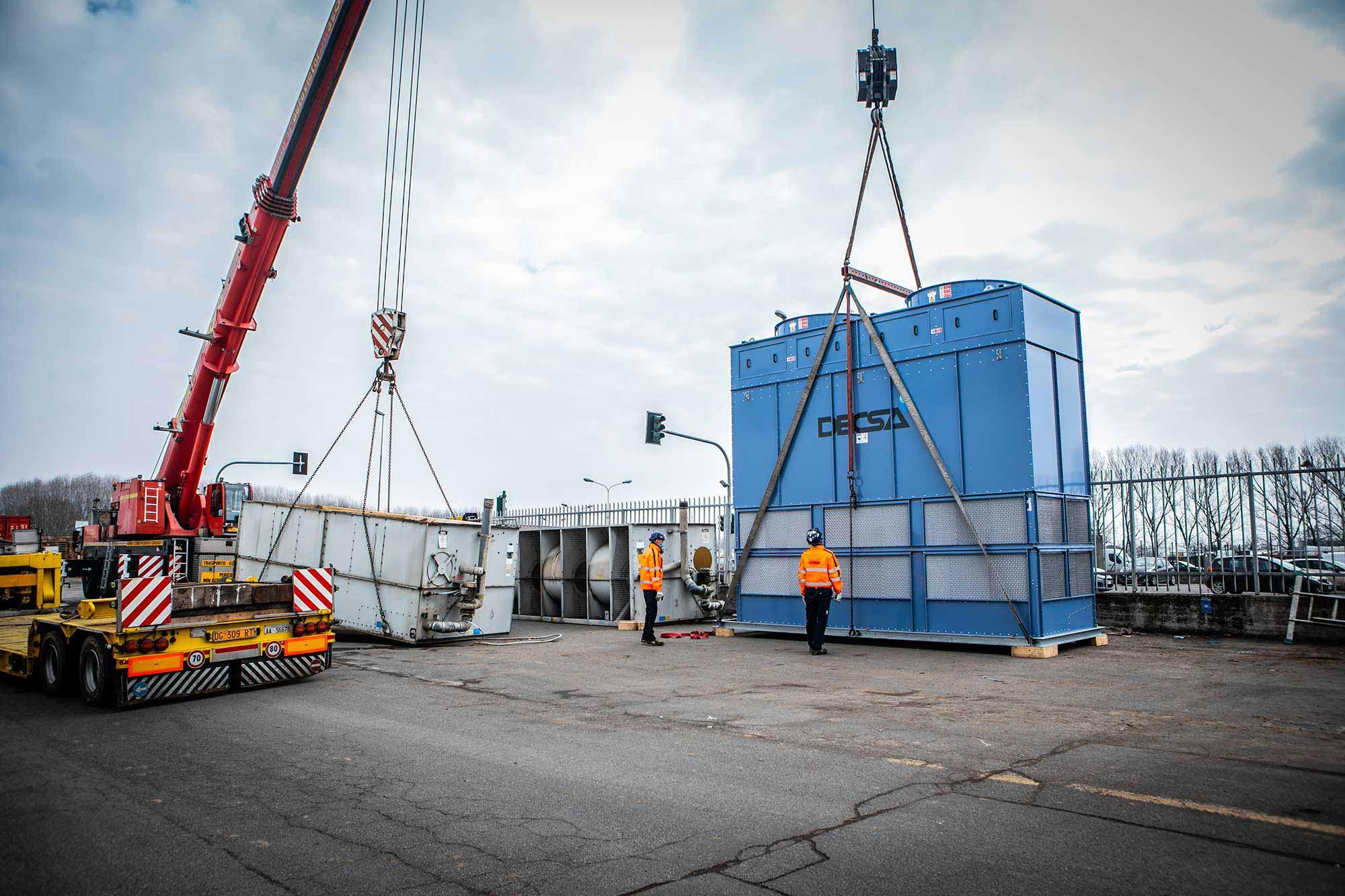 Uno dei condensatori evaporativi Decsa modello CFR-A-140 pronto per la movimentazione (stabilimento Galbani, Corteolona)