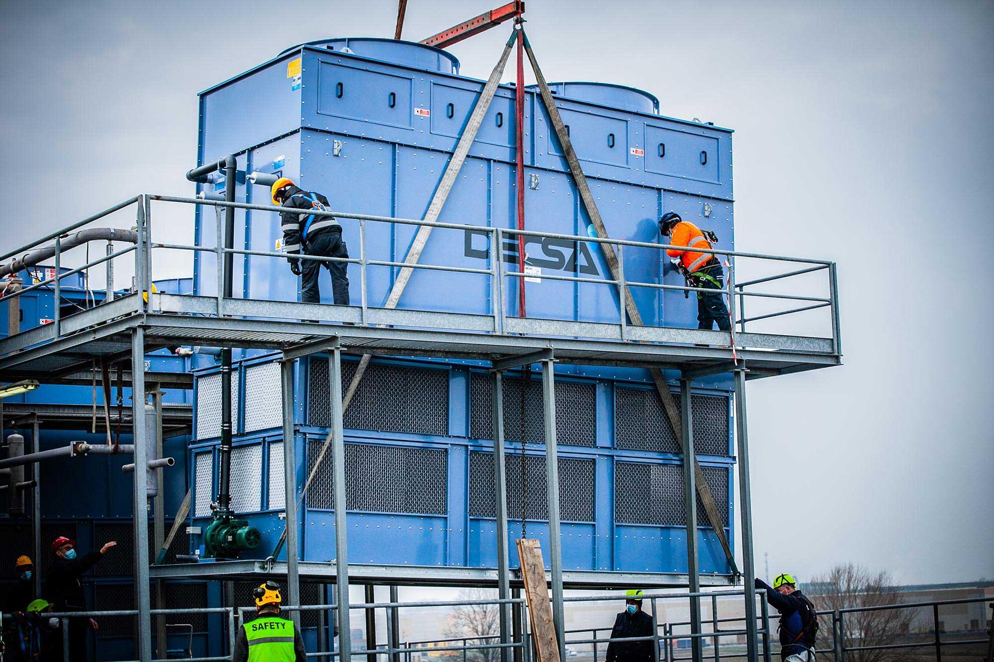 L'installazione dei condensatori evaporativi Decsa presso lo stabilimento Galbani a Corteolona (PV)
