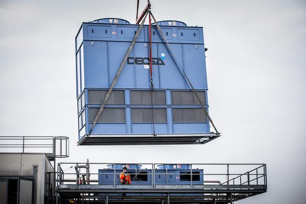 Installation of Decsa evaporative condensers at Galbani factory [video]