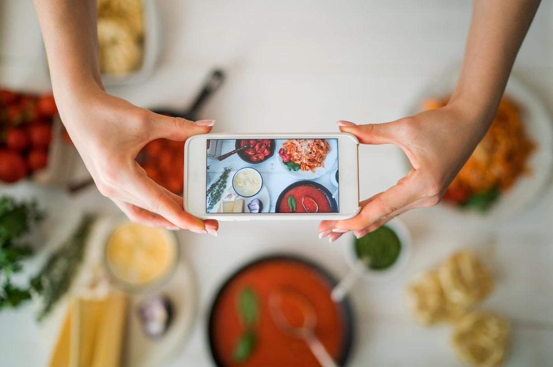 De nos jours, nombreux sont les restaurants qui utilisent des visuels attractifs et des photos alléchantes auprès de leur communauté sur les réseaux sociaux, afin d'attirer également une nouvelle clientèle et de nouveaux abonnés.