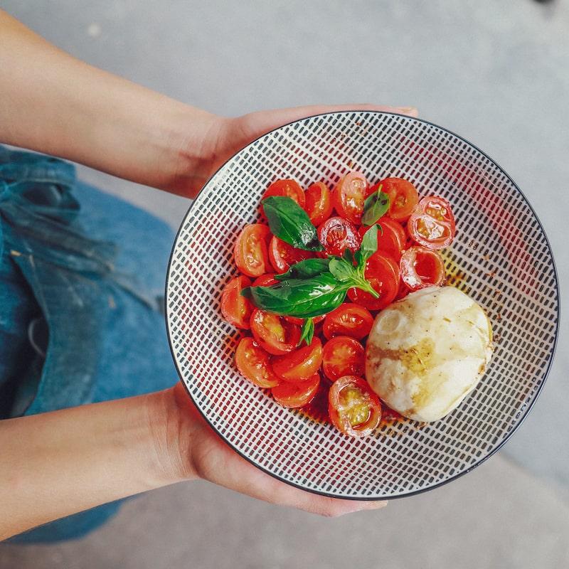 Photo d'un plats dans les mains