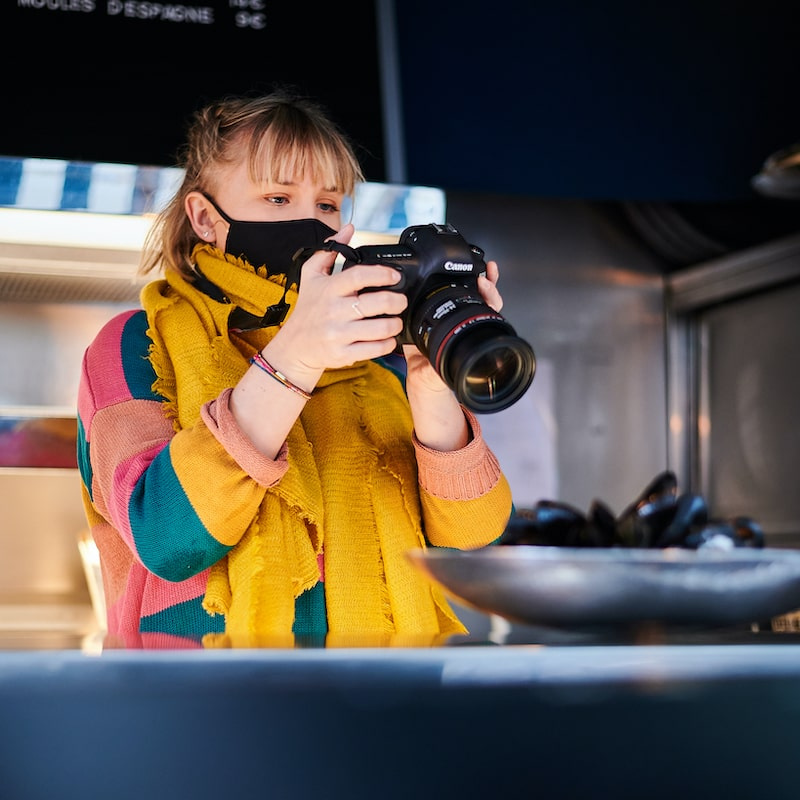 Photographe en plein shooting photo