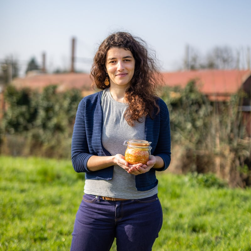 Femme posant avec son pot repas