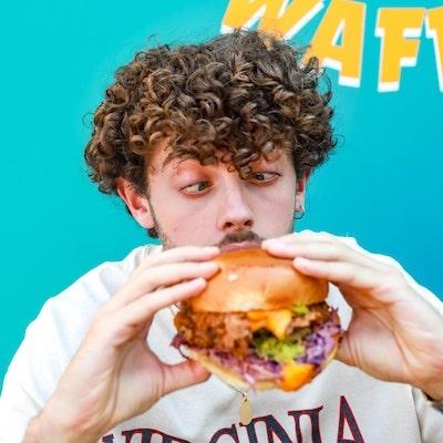 Client qui mange un burger