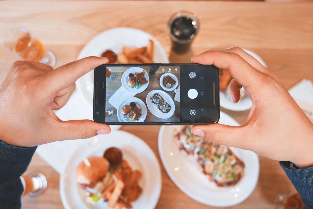 Miten ottaa loistavia ruokavalokuvia puhelimella