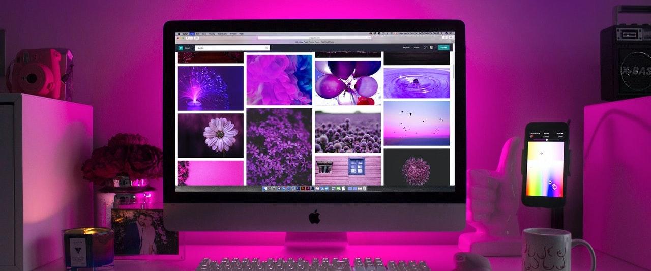 Un écran d'ordinateur de designer ou de webmaster avec de belles coloris rose