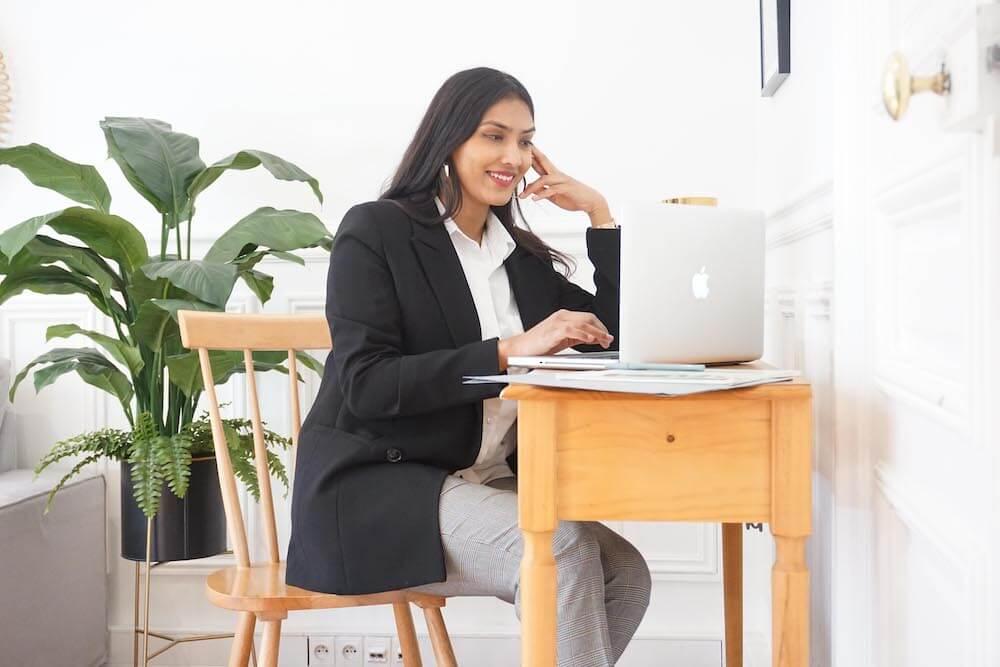 Mélanie assise travaille sur son ordinateur