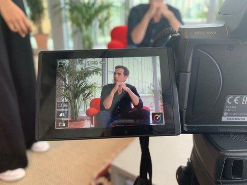 Henri de Lorgeril, fondateur d'Aviz.io entrain d'être filmé par les équipes de Mel's Talk
