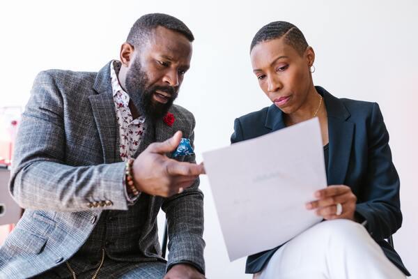 entrepreneurs-femme-et-homme-qui-lise-un-document