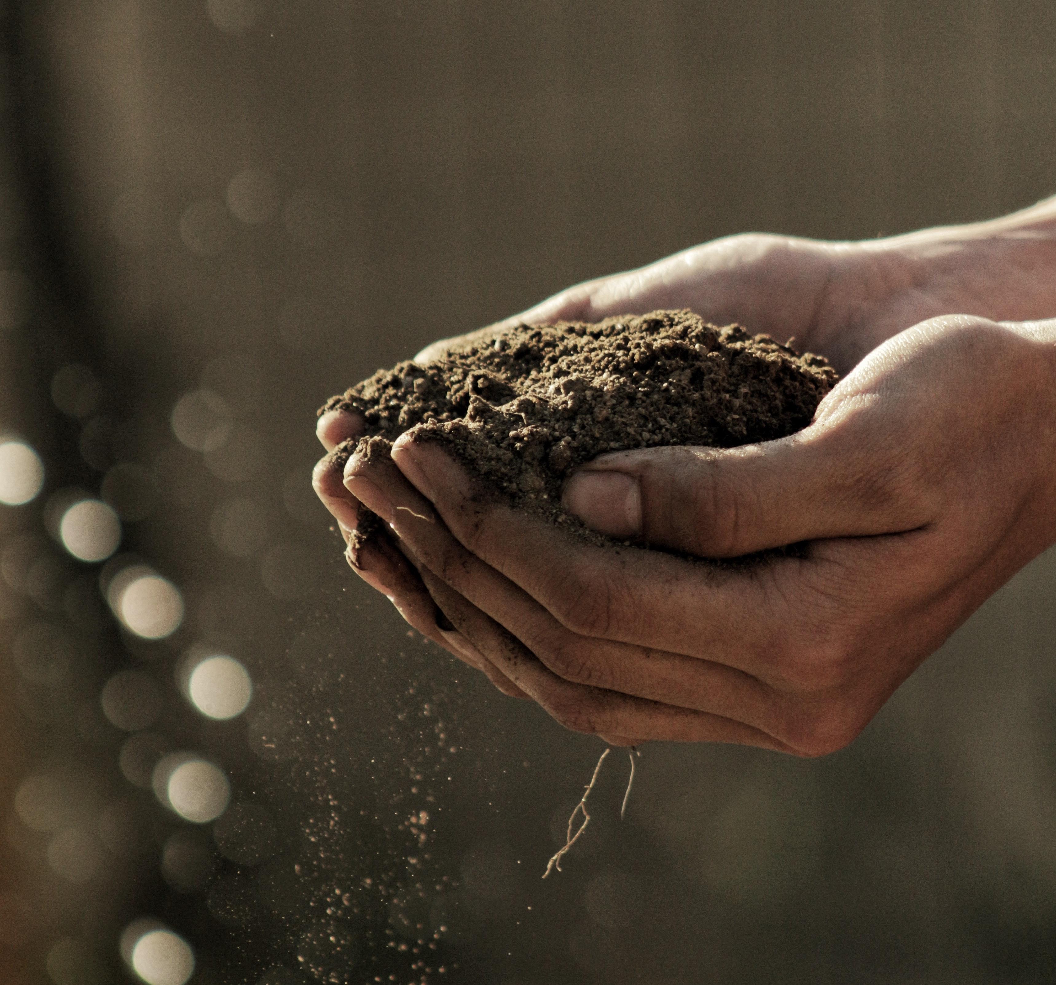 Een hand met zand