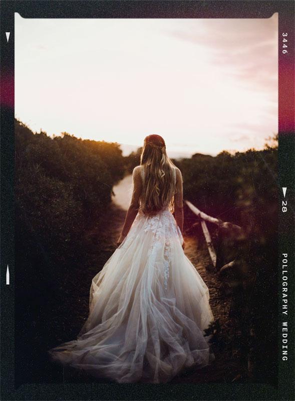 Braut im Hochzeitskleid spaziert im Sonnenuntergang auf Sardinien fotografiert vom Hochzeitsfotografen Team pollography wedding aus Freiburg