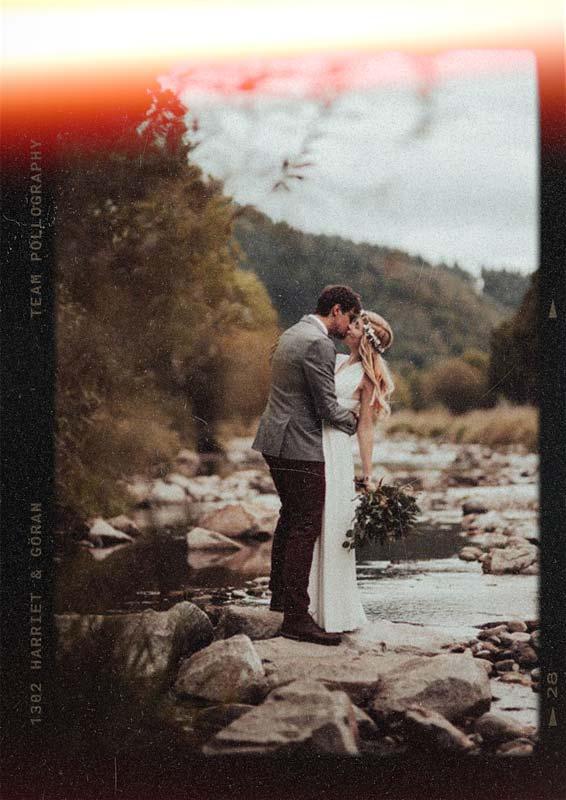 Hochzeitsfotografie eines Brautpaars an der Dreisam  genießt den ruhigen Moment vor der Hochzeit fotografiert vom Hochzeitsfotografen Team pollography wedding aus Freiburg
