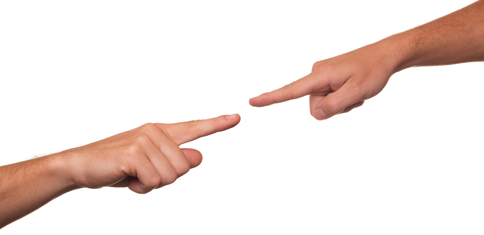 Foto zweier Unterarme, die von rechts oben und links unten ins Bild ragen. Die Zeigefinger sind ausgestreckt.
