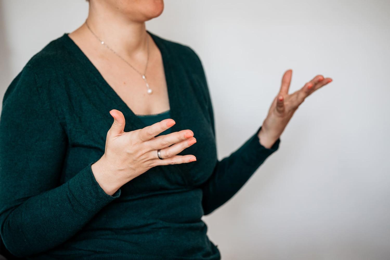 Illustration, die eine Person mit einer Sprechblase zeigt. In der Sprechblase befinden sich Symbole, die für verschiedene Themen stehen: ein Laptop, ein Gendersymbol, ein Herz, eine Sonne und ein Schnuller.