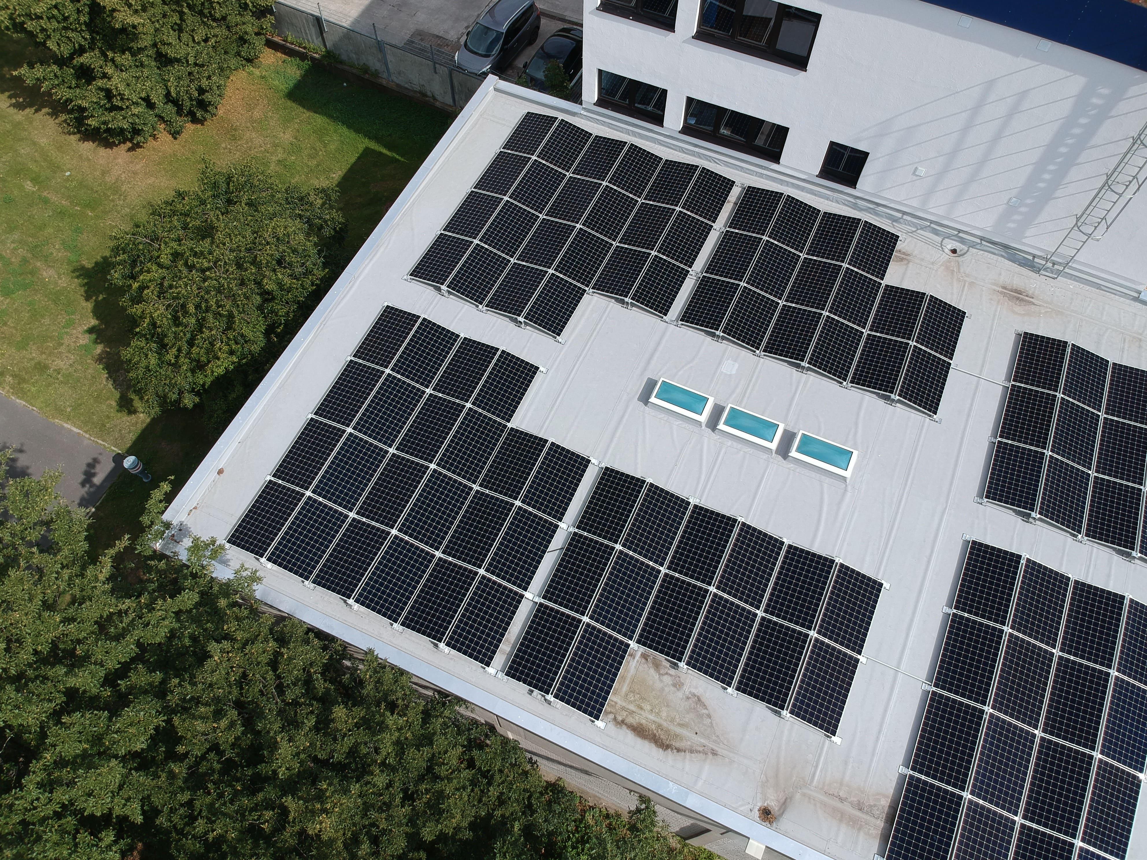 Photovoltaikanlage auf dem Dach einer Druckerei