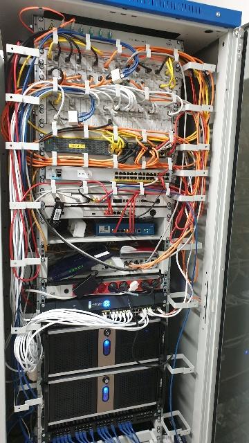 Serverschrank voll mit Geräten und verpatcht