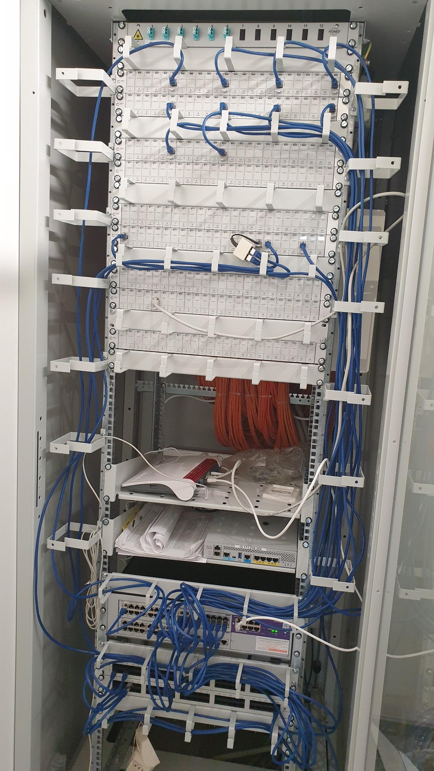 Serverschrank mit Patchkabeln