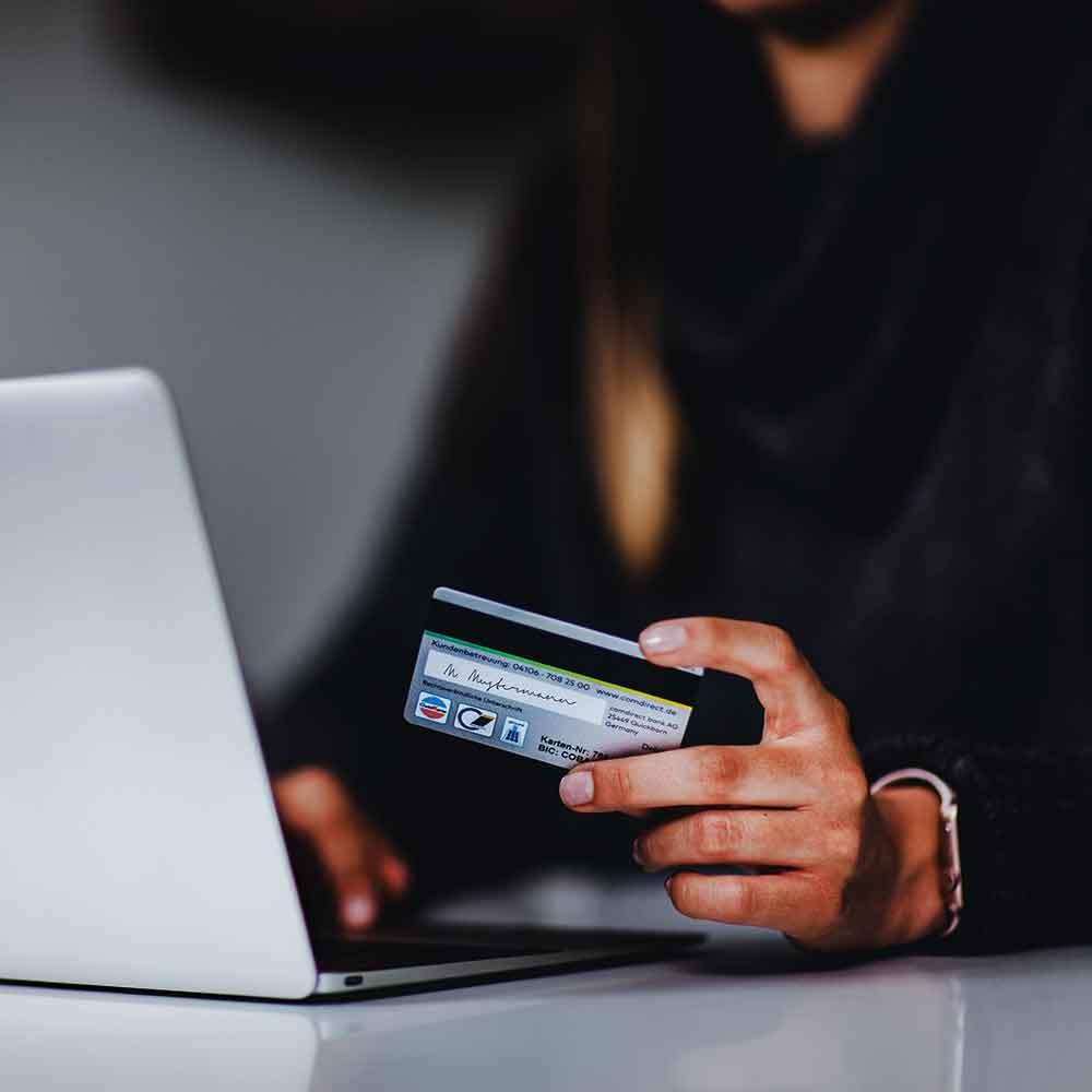 Mujer utilizando tarjetas de crédito para hacer una compra