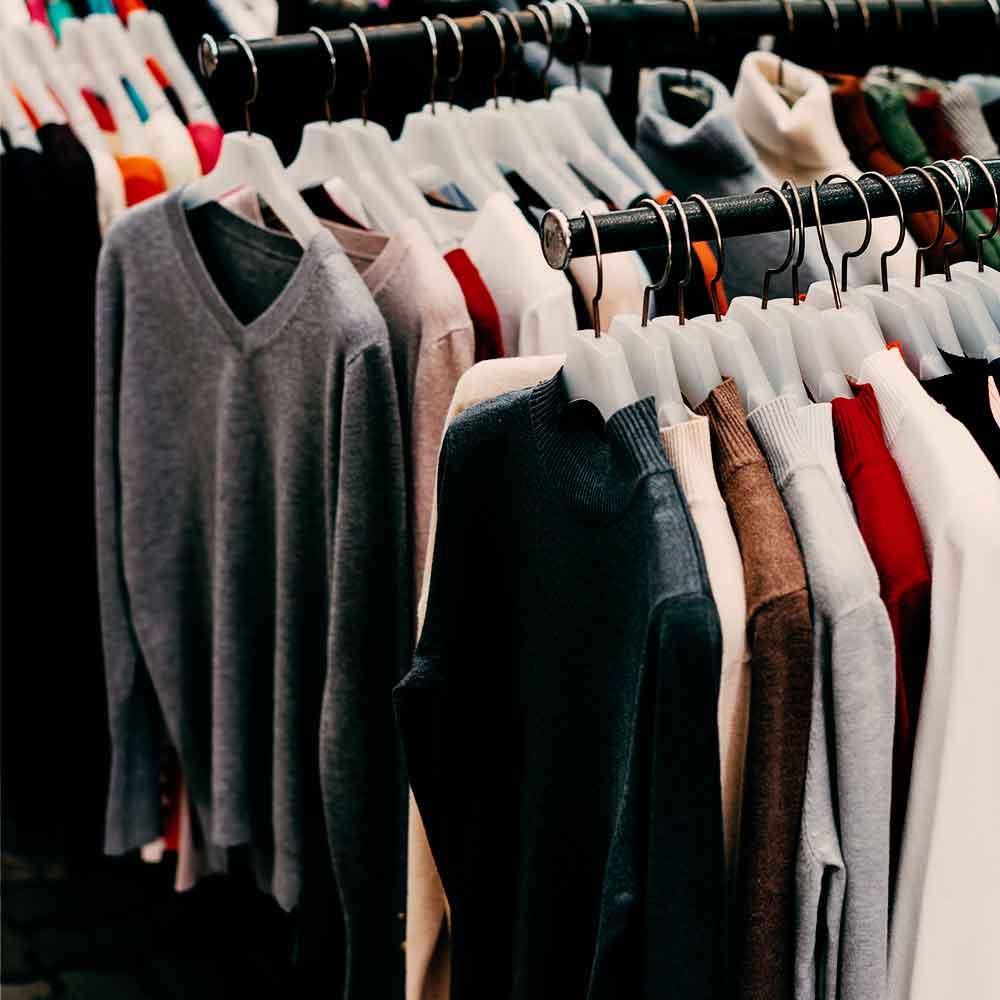 Rack de sweaters en una tienda departamental de retail