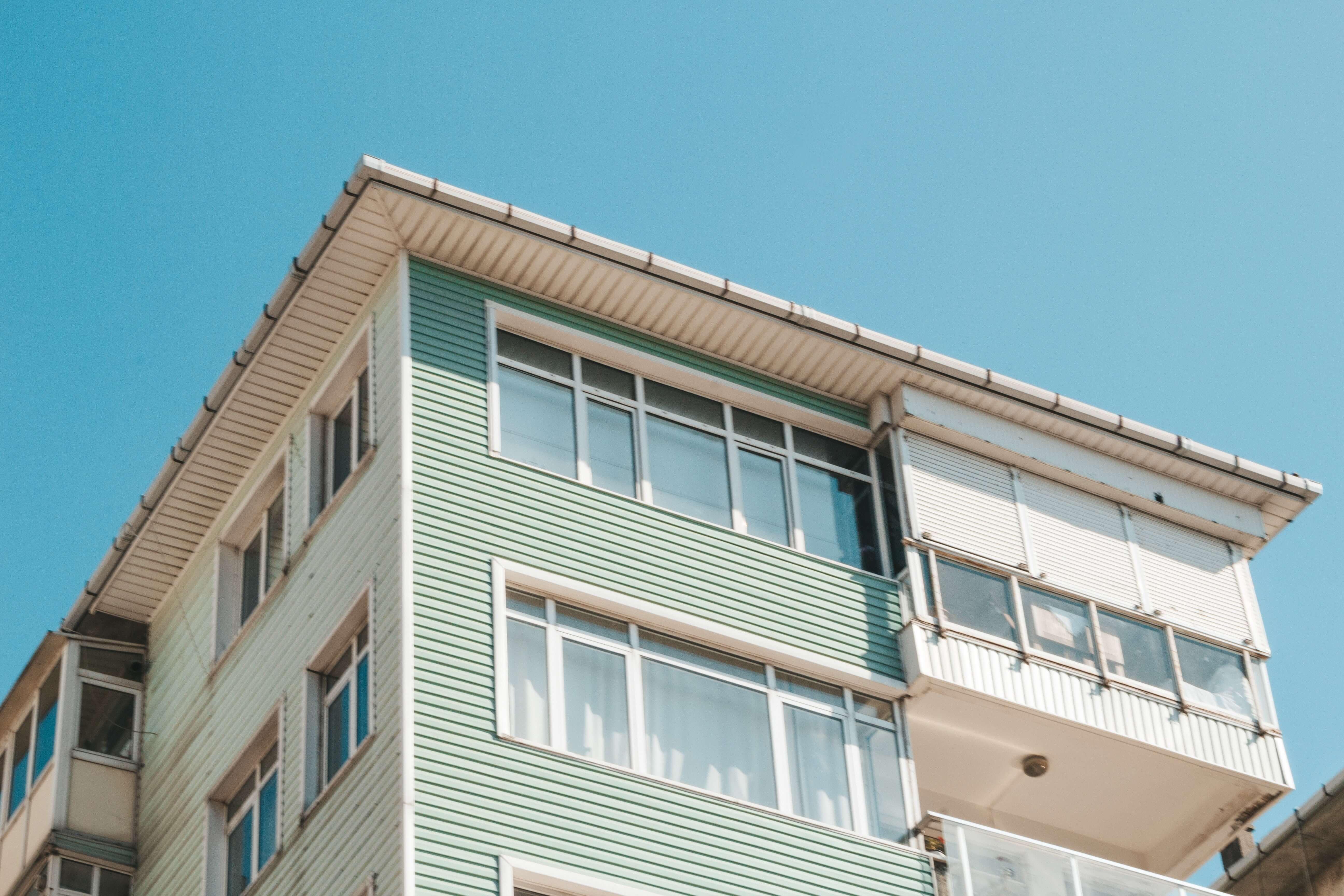 budynek-z-oknami