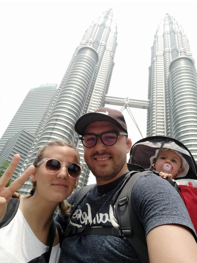 Photo devant les Tours Petronas à Kuala Lumpur recit voyage malaisie