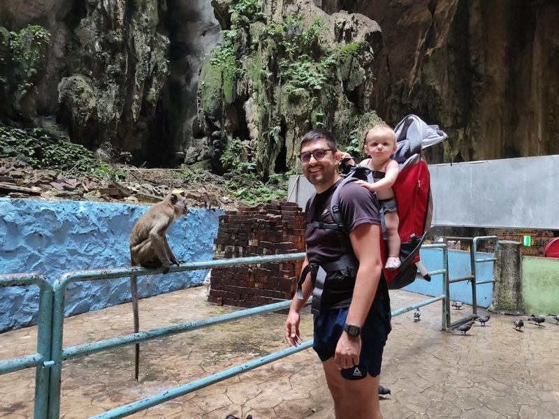 Porte bébé à Batu Caves malaisie conseils aux voyageurs