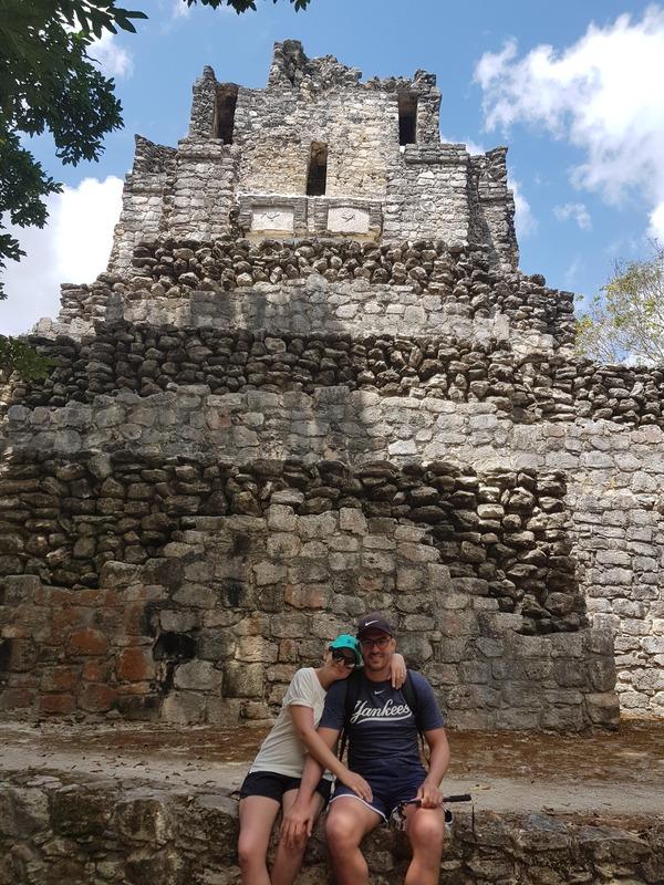 Photo prise devant un temple en ruine de Muyil à Sian Ka an au Mexique