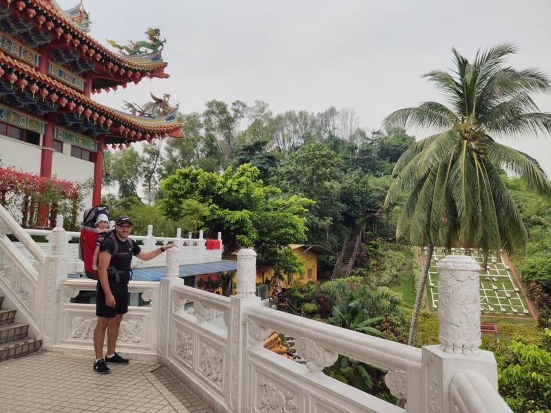 Photo à l'extérieur du Temple Tean Hou avec notre fille en porte-bébé un pré-requis dans une liste d'affaire pour un voyage en Malaisie