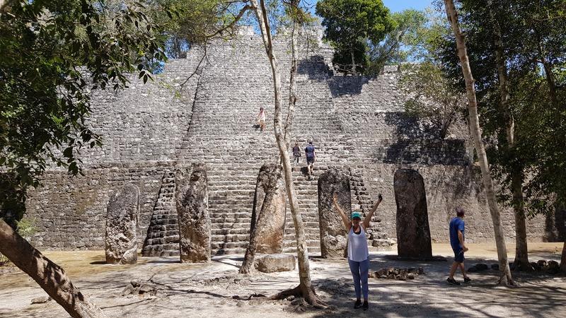 Les bars levés devant une pyramide du site archéologique de Calakmul, Mexique