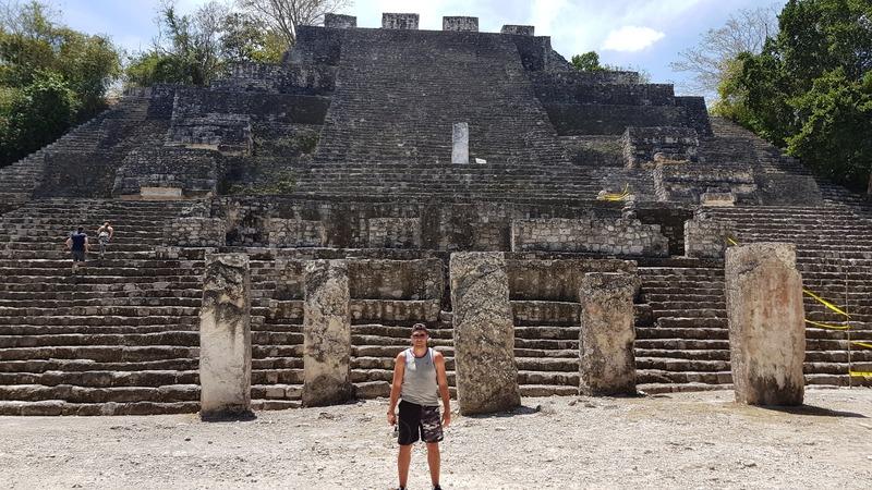 Devant une des pyramides de Calakmul lors de notre visite