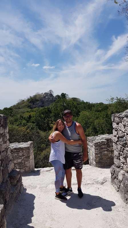 Photo couple au somme d'une pyramide lors de notre visite de Calakmul