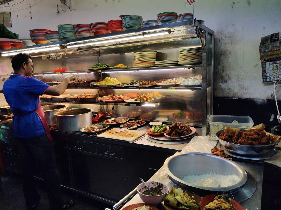 Préparation du'un Nasi Kandar au restaurant Line Clear Georgetown Penang récit voyage malaisie
