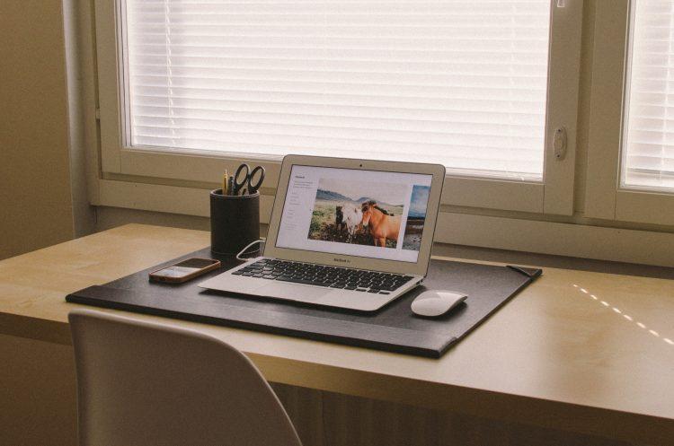 Image of a de-cluttered desk | Commercial tenant representative services article
