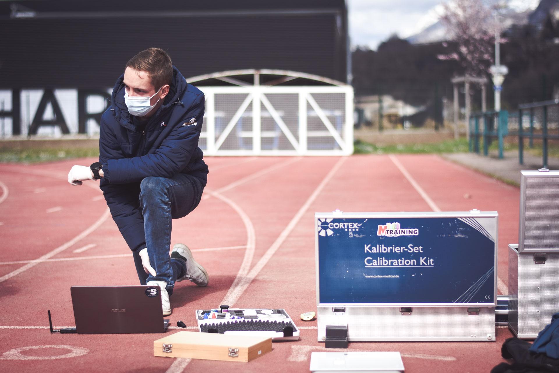Scientifique de Sporttesting qui analyse des données physiologiques sur ordinateurs - filières énergétiques