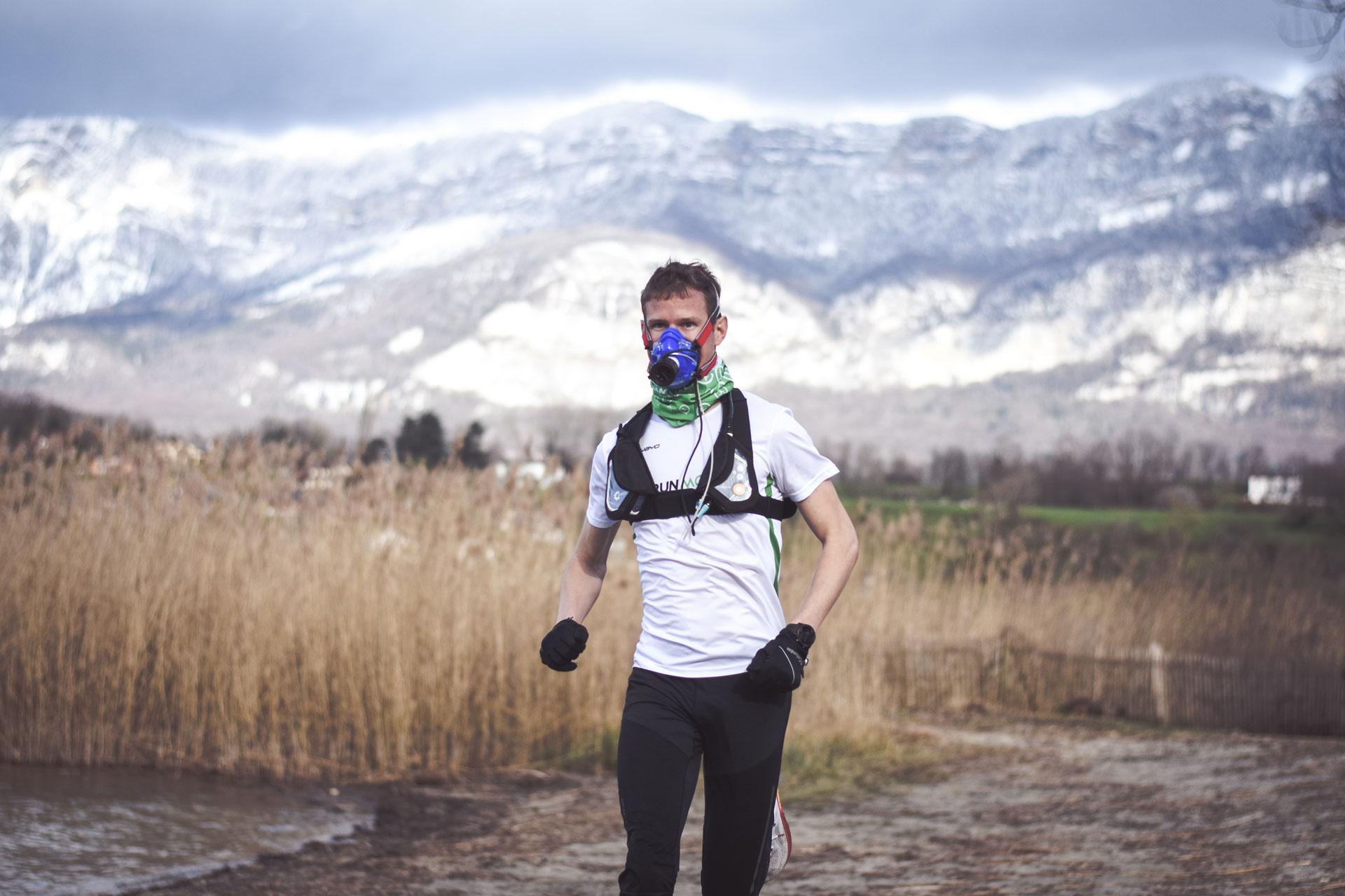 Athlète avec masque vo2max en plein effort - montagne en arrière plan - filières énergétiques - phosphagènes