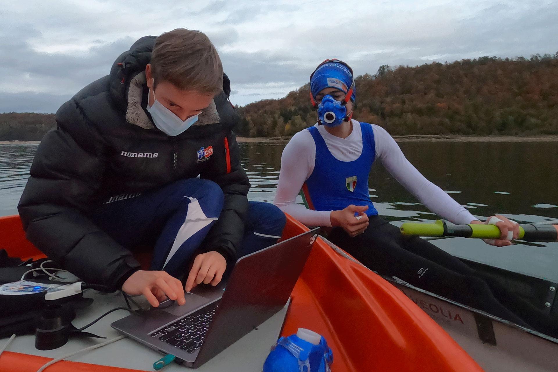 Scientifique Sporttesting analyse données physiologiques sur un bateau avec un athlète d'aviron - filières énergétiques - glycolitique