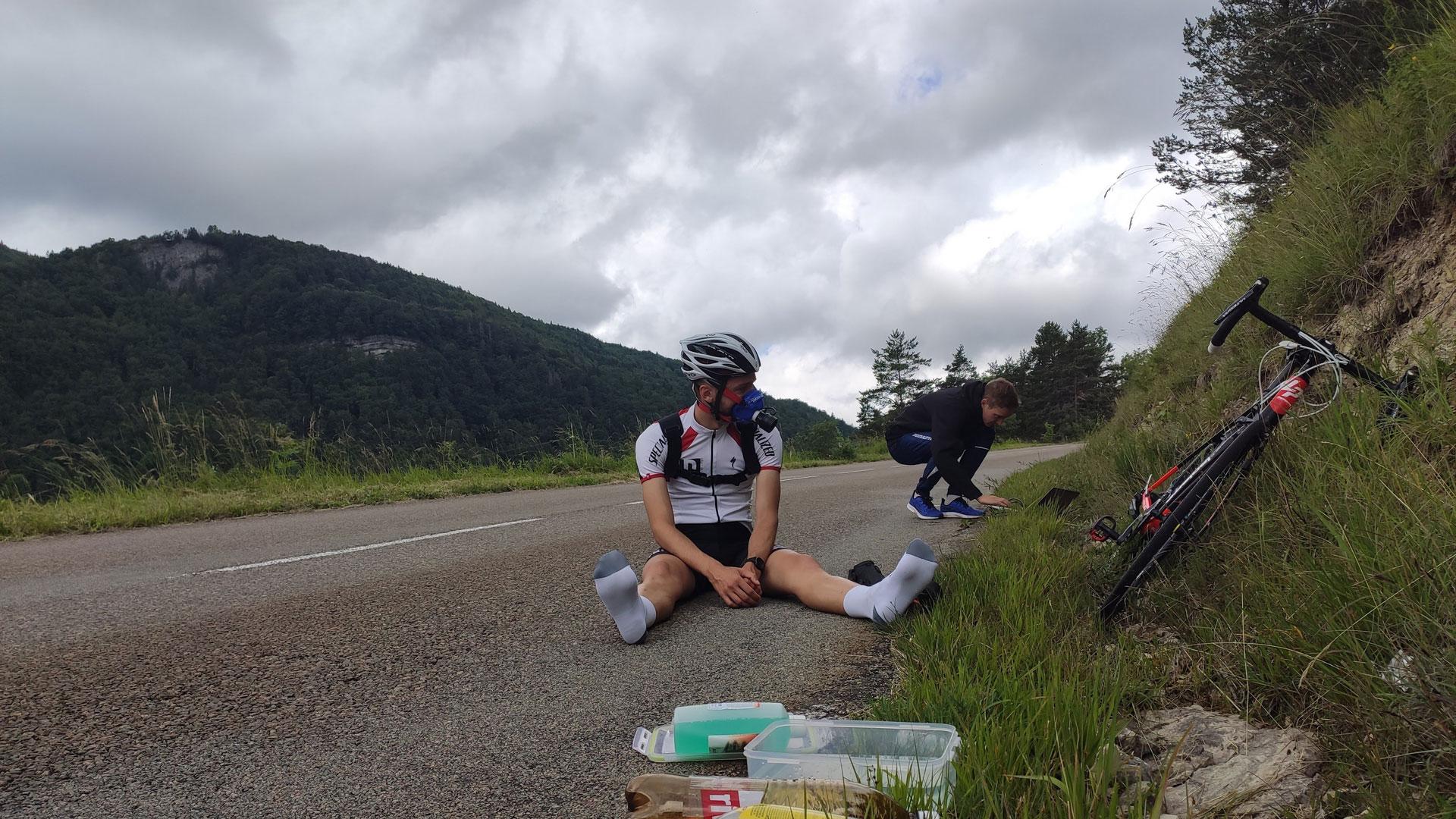 Cycliste en plein test physiologique pour déterminer son profil d'athlète, dans le but de prescrire ses intensités d'entrainement.